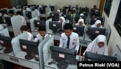 Para pelajar sedang mengikuti pembelajaran di ruang komputer. (Foto: Petrus Riski/VOA)