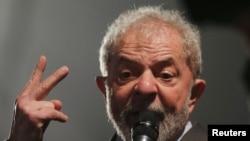 FILE FOTO - Mantan Presiden Brasil Luiz Inacio Lula da Silva berbicara setelah memberikan kesaksian kepada hakim federal Sergio Moro di Curitiba, Brasil, 10 Mei 2017.