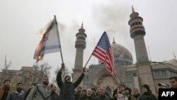 Người Iran đốt cờ Mỹ và Israeli trong một cuộc biểu tình ở thủ đô Tehran hôm 04/01/2020.