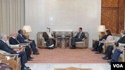 Presiden Bashar al-Assad (kanan tengah) bertemu dengan Perdana Menteri Qatar Sheikh Hamad bin Jassim Bin Jabr al-Thani (kiri tengah) dan tim menteri-menteri Liga Arab di Damaskus, Rabu (26/10).