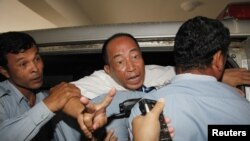 Ông Mam Sonando, trưởng đài phát thanh Beehive, đã phát một số chương trình của đài VOA đã bị tuyên án 20 năm tù về tội tìm cách xúi giục nổi loạn chống nhà nước
