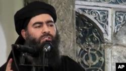 Hình ảnh từ một video được đăng tải trên trang web của một nhóm chủ chiến hôm 5/7/2014 cho thấy thủ lĩnh của Nhà nước Hồi giáo Abu Bakr al-Baghdadi đang phát biểu tại một nhà thờ Hồi giáo ở Iraq.