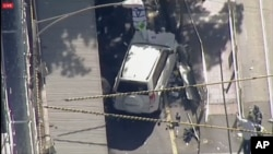 Tấm ảnh này của Hệ thống Truyền thông Úc Châu (ABC), chụp một chiếc SUV màu trắng bất động au khi lao vào khách bộ hành hôm 21/12, ở thành phố Melbourne, Australia.