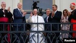 Papa Francis akiwapungia mkono watu kutoka afisi ya Spika Bohner