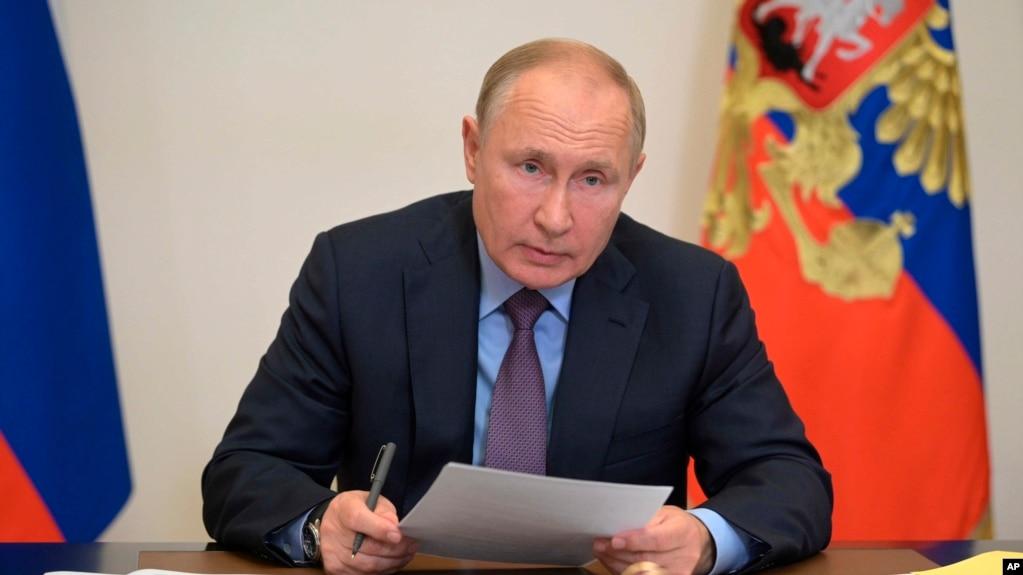 Putin vetizolohet pas infektimit me COVID të anëtarëve të rrethit të tij të ngushtë