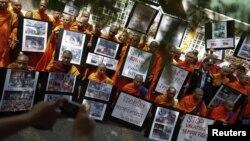 Para biksu Budha Thailand melakukan unjuk rasa di depan kantor PBB di Bangkok (3/10) menuntut dihentikannya kekerasan atas warga Budha di Bangladesh.