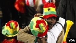 Pendukung Ghana merayakan kemenangan kesebelasannya atas Serbia dalam pertandingan Grup D, 13 Juni 2010.