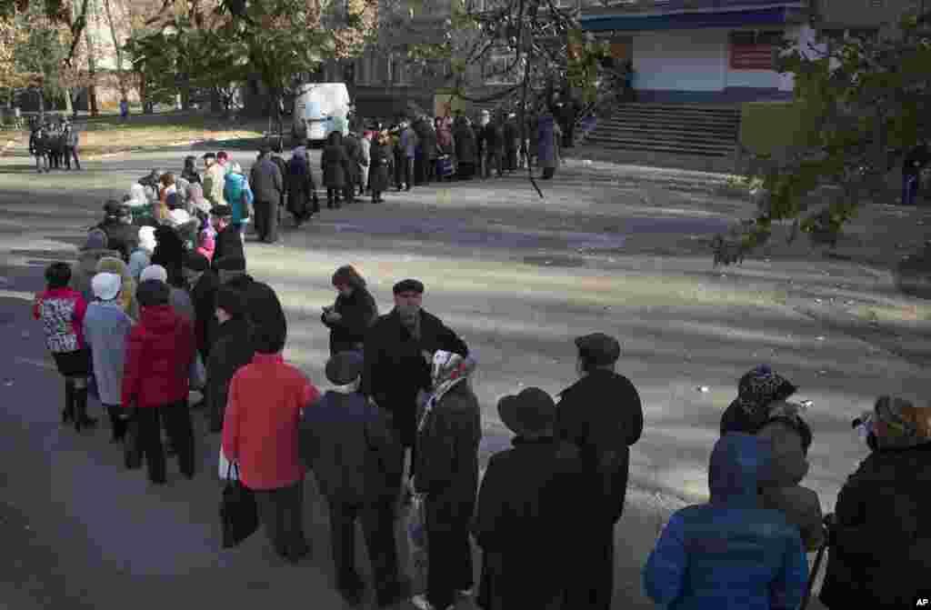 İnsanlar səs vermək üçün növbədə dayanıb - Donetsk, 2 noyabr, 2014