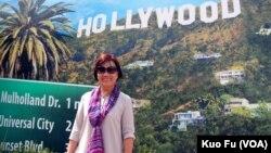 龙应台站在好莱坞地标前留影(美国之音国符拍摄)