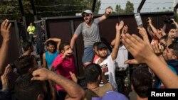 Những người di cư la hét đòi mở biên giới gần ngôi làng Horgos, Serbia, ngày 15/9/2015.