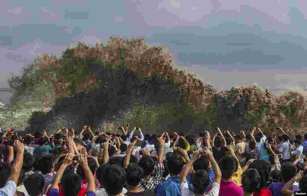 Du khách chụp cảnh sóng đánh vào Hàng Châu, tỉnh Chiết Giang, Trung Quốc. 22/9.