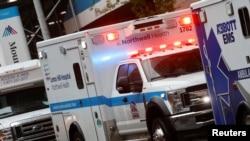 新冠疫情中紐約曼哈頓一所醫院外面的救護車