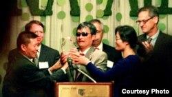 对华援助协会会长傅希秋(左一)把捍卫自由勇气奖颁发给陈光诚(中)。