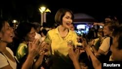 Geraldine Roman, disambut oleh para pendukungnya saat akan melakukan kampanye terakhirnya di kota Orani, provinsi Bataan, utara Manila, Filipina (6/5).