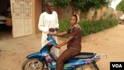 Un habitant de Gao sur sa motocyclette à Gao, Mali, 22 juin 2012. (Idriss Fall/VOA)
