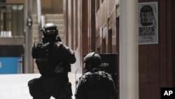 Polisi anti-teror terlihat di Martin Place, di kawasan bisnis pusat di Sydney, Australia (15/12). (AP/Rob Griffith)