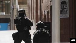 Polisi anti teror Australia melakukan operasi untuk membebaskan setidaknya 13 sandera di distrik Martin Place di kota Sydney, Senin (15/12).