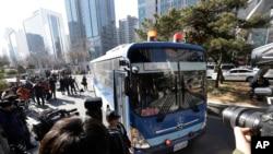 2015年2月2日一辆载有大韩航空公司原副总裁赵贤娥的公车来到韩国首尔西区地方法院