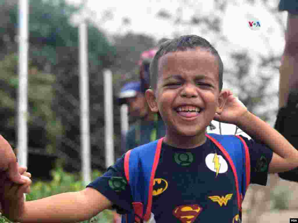 Niños cruzan la frontera de Venezuela a Colombia a través de pasos irregulares junto con sus padres diariamente.