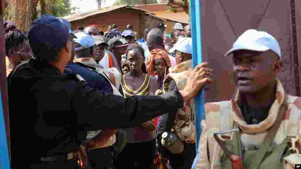 Une mobilisation importante devant un bureau de vote de Bangui, RCA, le 30 décembre 2015.