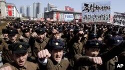 지난 29일 평양 시내 김일성 광장에서 열린 대규모 군중 집회에서 김정은에 대한 지지를 외치는 북한 대학생들.(자료사진)