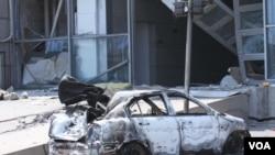 天津爆炸事故現場,核心爆炸區周圍多座居民樓窗戶被震碎,高速公路橋樑受損,多輛大貨車被炸翻,小汽車起火或被砸,多名當地居民仍逗留在事故現場。(美國之音記者東方拍攝)