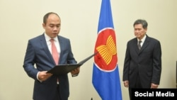 ASEAN Deputy Secretary​-​General Kung Phoak during a swearing​-​in ceremony overseen by Secretary​-​General Lim Jock Hoi at the bloc's secretariat in Jakarta​, Indonesia​, on October 16​, 2018​. (ASEAN Secretariat) ​