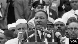 Trong những thập niên 1950 và 1960, ông King lãnh đạo nhiều cuộc biểu tình bất bạo động nhằm chấm dứt nạn kỳ thị người Mỹ gốc Châu Phi.
