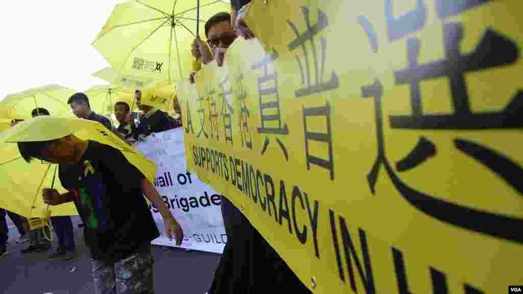 洛杉矶支持香港的大横幅(美国之音国符拍摄)