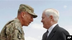 駐阿富汗盟軍最高指揮官彼得雷烏斯將軍(左)預期將很快向白宮呈遞撤軍的選擇