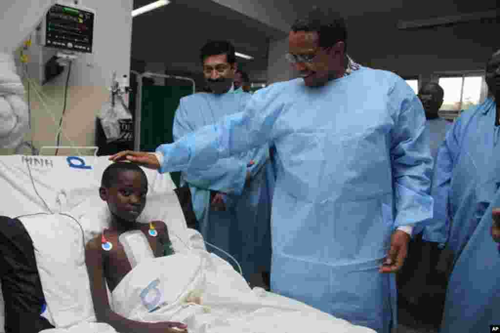 Rais Kikwete akitembelea wagonjwa hospitali kuu ya Muhimbili