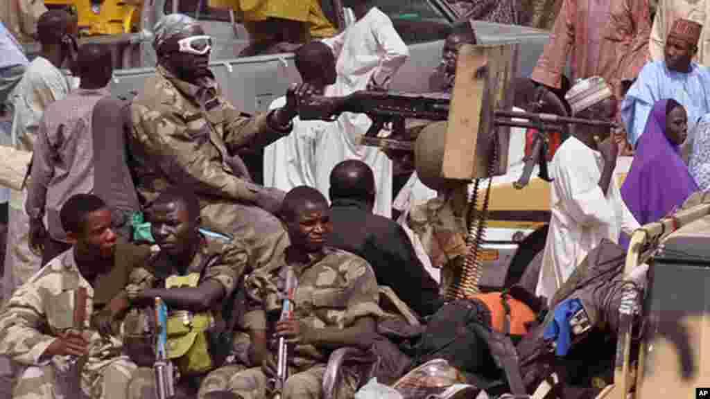 Sojojin Najeriya akan wata motar yaki a lokacin da suke zagaye a wata karamar kasuwa a birnin Maiduguri.