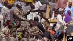Tentara Nigeria melakukan patroli terhadap sebuah pasar di Maiduguri (27/1).