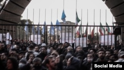 دانشگاه امیرکبیر در تهران یکی از کانونهای حضور دانشجویان و مردم معترض در روز شنبه بود.