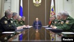 Tổng thống Nga Vladimir Putin (giữa) chủ trì cuộc họp về công nghiệp quốc phòng tại Sochi, Nga, ngày 10/11/2015.