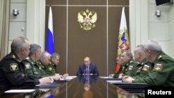 지난달 10일 러시아 소치에서 블라디미르 푸틴 러시아 대통령이 국방 관련 각료들과 회의를 하고 있다. (자료사진)