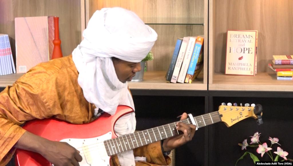 "Abdoulaye Madassane Alkika mawaki na tawagar ""Les Filles de Illighadad"""
