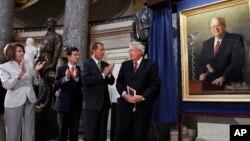Dennis Hastert es aplaudido por sus colegas al develar su retrato como 51o. Presidente de la Cámara de Representantes, de 1999 a 2007.