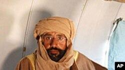 ဇင္တန္ၿမိဳ႕အသြား ေလယာဥ္ေပၚတြင္ ေတြ႔ရသည့္ Saif al-Islam Gadhafi။ ႏို၀င္ဘာ ၁၉၊ ၂၀၁၁