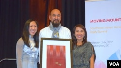 Many Uch, middle, receives an Individual Changemaker award from SEARAC's representatives at Renaissance Hotel, Washington DC,​ October 13, 2017. (Hong Chenda/VOA)