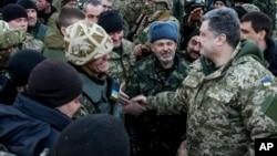 18일 페트로 포로셴코 우크라이나 대통령이 아르테미미우시크에서 정부군 병사들을 격려하고 있다.