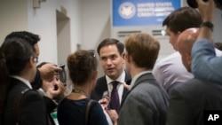 2017年6月27日,共和党籍国会参议员马可•卢比奥抵达国会参加讨论参议院共和党医保议案的党派政策会议。