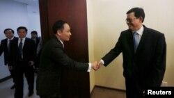 Pejabat Kamboja, Var Kim Hong (kanan) menyambut Deputi Menlu Vietnam Le Hoai Trung di Phnom Penh, Selasa (30/8).