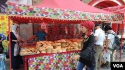 烏魯木齊大巴扎一帶有維吾爾攤販售賣當地特色食品,也有結合現代化 與傳統衣著特色的維族女子