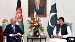 افغان صدر اشرف غني تېر کال د پاکستان سفر کړی و. په دې تصویر کې هغه او عمران خان د ملاقات په مهال لیدل کیږي