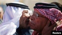 Saif al-Kasaesbeh (derecha), padre del piloto jordano ejecutado, Muath al-Kasaesbeh, recibe las condolencias por la muerte de su hijo.