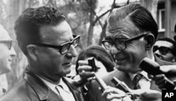 Ông Salvador Allende (trái) thuộc liên minh cánh tả của chủ nghĩa Mác được ứng cử viên Đảng Dân chủ Cơ đốc Radomiro Tomic chúc mừng chiến thắng trong cuộc bầu cử tổng thống Chile tại tư gia của ông Allende ở Santiago, ngày 5 tháng 9 năm 1970.