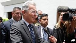 Mantan presiden Kolombia Alvaro Uribe, yang akan memimpin perundingn perdamaian, tiba di Bogota (4/10). (AP/Fernando Vergara)