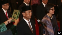 Wiranto dan Sri Mulyani Indrawati dilantik masing-masing sebagai Menkopolhukam dan Menteri Keuangan, di Istana Negara Jakarta (27/7). (AP/Tatan Syuflana)
