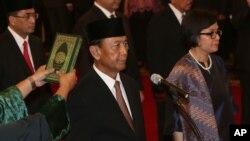 Ông Wiranto, Bộ trưởng An ninh (trái) và bà Sri Mulyani Indrawati, Bộ trưởng Tài chính, tuyên thệ nhậm chức tại Dinh Độc Lập ở thủ đô Jakarta, ngày 27/7/2016.